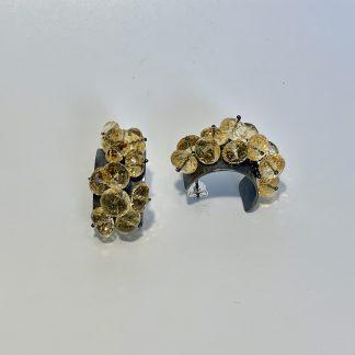 Foto van oorbellen van gezwart zilver waar citrienen op zijn bevestigd.