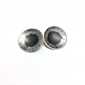 Foto van artestieke zilveren oorbellen.