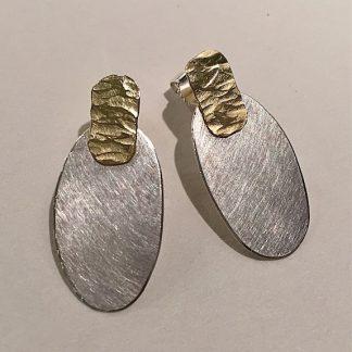 foto van zilveren ovalen oorbellen